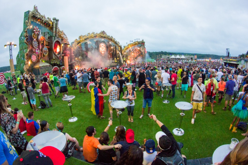 tomorrowworld-dining-vip-deck